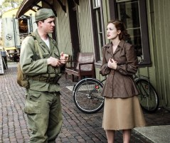 soldier_meets_girl_at_train_station (1 of 1)