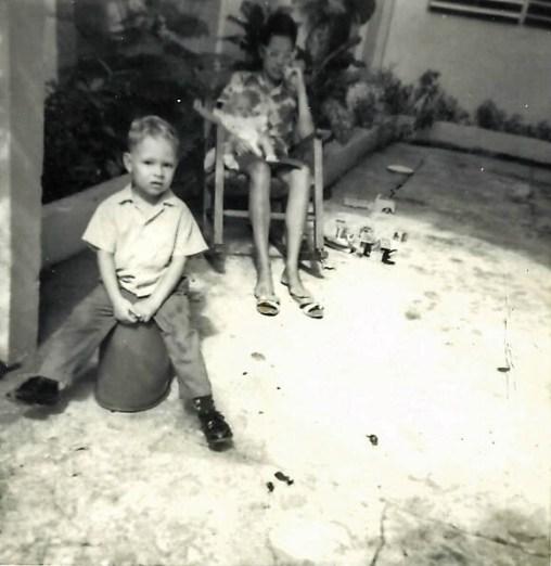Con mi Mama en el patio de la Pomarrosas 107
