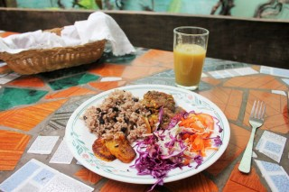 Vegan cooking Puerto Viejo - cooking at Veronica's Place - Charlie on Travel