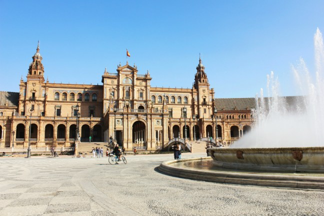 Slow Travel in Seville - Plaza de Espana fountain - Charlie on Travel 1200