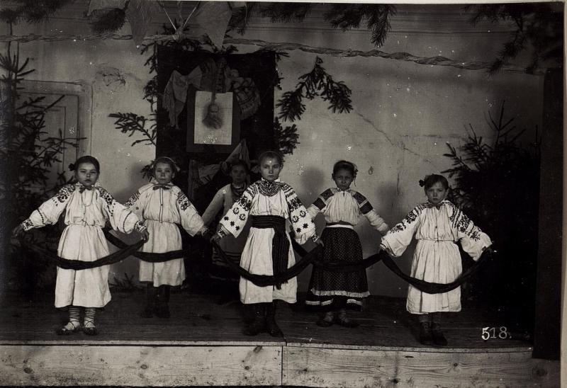 Dance, dance, dance! Albo jak chcą Austriacy: Vorgeführt von Mädchen der ukrainischen Schule in Ustilug. Europeana.