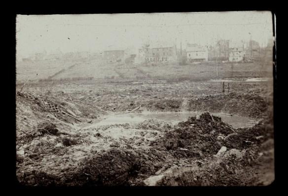 Takie tam leje po bombach sprzed wielu lat... Źródło: http://histomil.com/viewtopic.php?f=95&t=9571