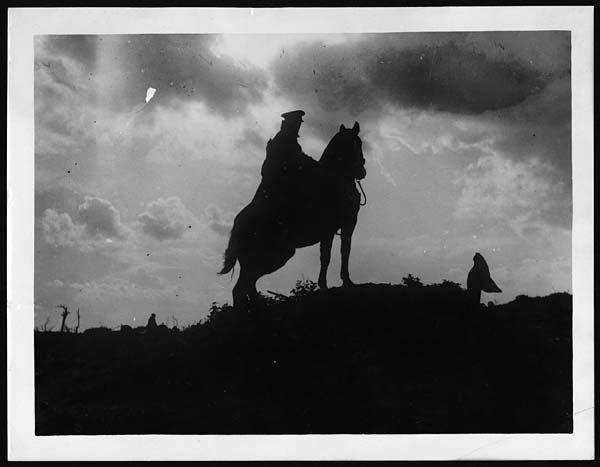 """Co z tego, że zdjęcie ani z epoki w książce, ba! Nawet nie z tego świata, ale główną formacją w """"Północnej granicy"""" jest jazda to macie tutaj gościa na koniu. Źródło: https://flic.kr/p/89fUYk"""