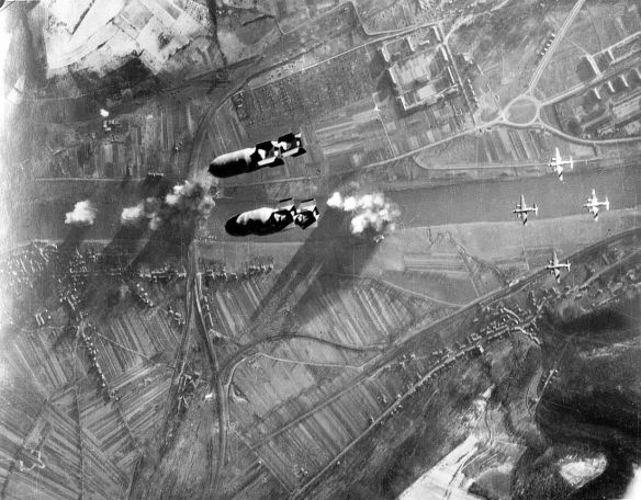 Bombowce B-26 bombardują most Mosselle. Grudzień 1944