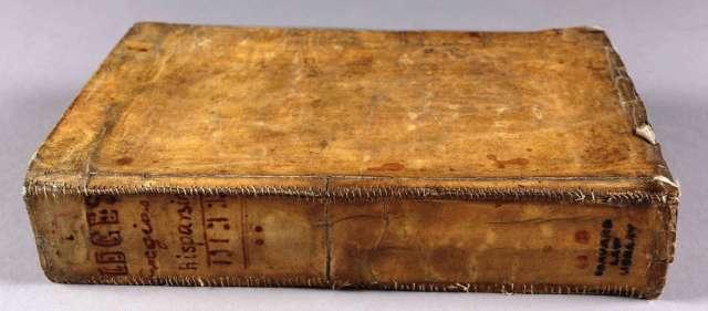 I książka, która ostatnimi czasy wzbudziła ponowne zainteresowanie tym tematem. Wprost z Harvardu. Źródło: https://roadtrippers.com/stories/harvard-discovers-three-of-its-library-books-are-bound-in-human-flesh?lat=40.83044&lng=-96.70166&z=5