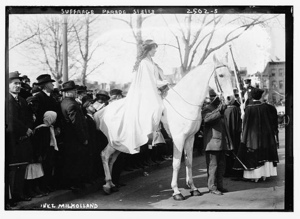 Ładne zdjęcie Pani na białym koniu. Źródło: flickr.com