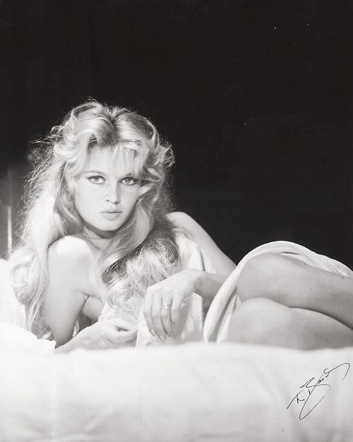 Ach to spojrzenie! Brigitte Bardot. Źródło: http://theniftyfifties.tumblr.com/tagged/Brigitte+Bardot/page/40