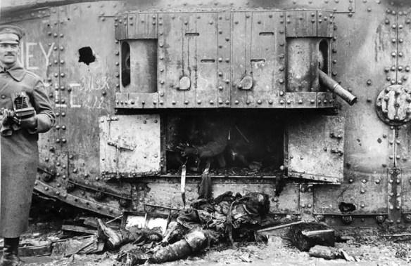 Zniszczony brytyjski czołg. Źródło: http://www.theatlantic.com/static/infocus/wwi/introduction/
