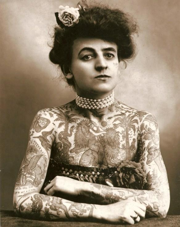 Do książki będą pasować ilustracje kobiet łamiących stereotypy. Tutaj Maud Wagner pierwsza tatuażystka w Stanach Zjednoczonych. Źródło: http://ubersuper.com/a-history-if-women-and-tattoo/
