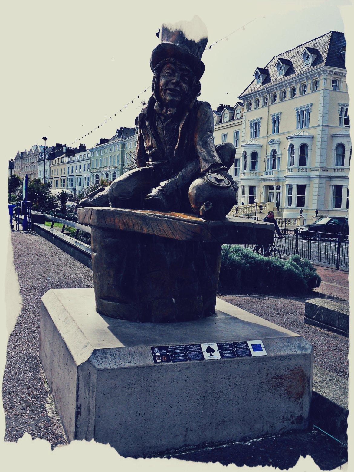 W całym mieście rozsiane są pomniki, statuy, rzećby związane z Alicją w Krainie Czarów.