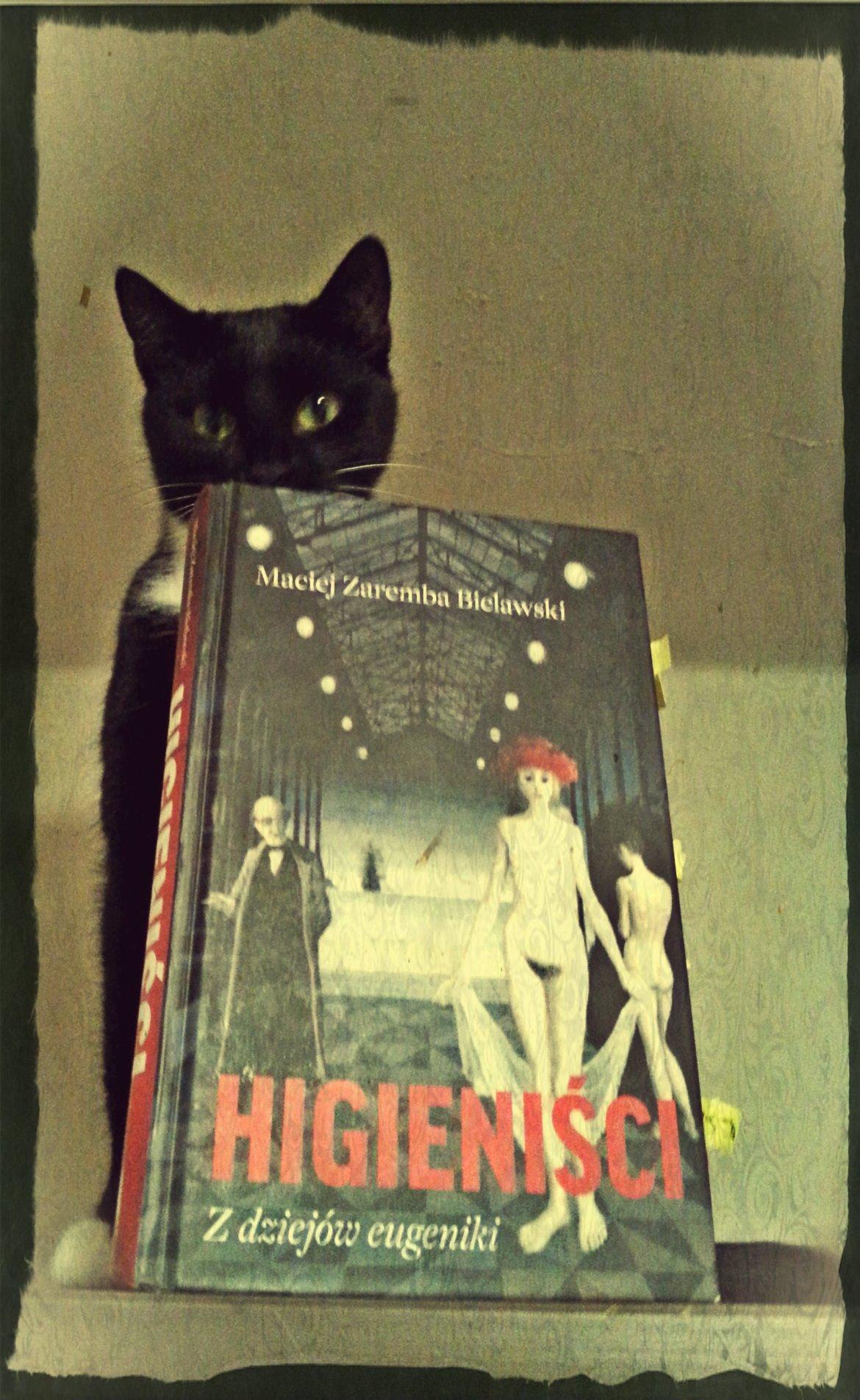 Kiki chowa się za książką, bo jeszcze nie wie co to sterylizacja...