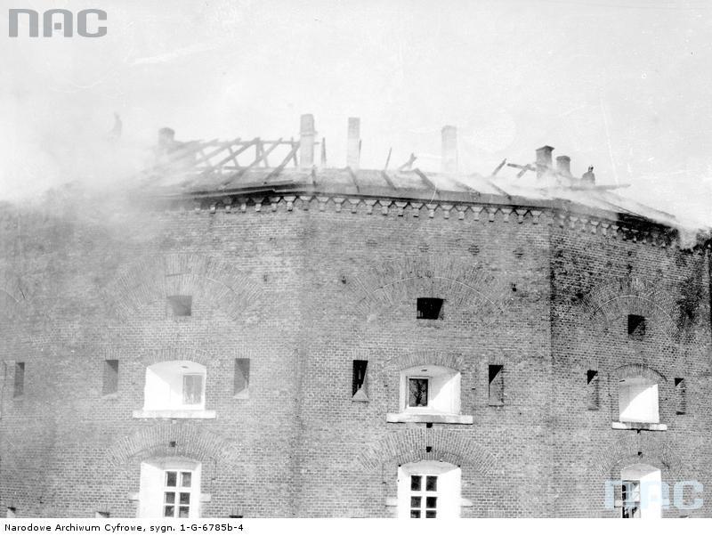 Płonący fort Benedykta. Źródło: https://audiovis.nac.gov.pl/obraz/96951/f26cfe5b0596bb5077db7f7c0e19d9e5/