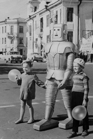 Sowiecki robot. Źródło: http://weird-vintage.com/post/52082975778/this-robot-normally-appeared-in-a-local-russian