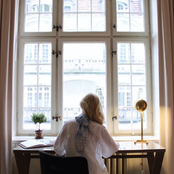 charlotte_olsson_art_design_pattern_swedishart_champagne_recyclingart_silk_exclusive_original_inspiration_scarf_scarves_howtotieascarf_style_happycake