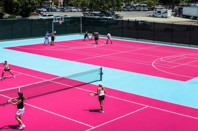 カリフォルニア州マドンナインホテルのテニスおよびバスケットボールコート