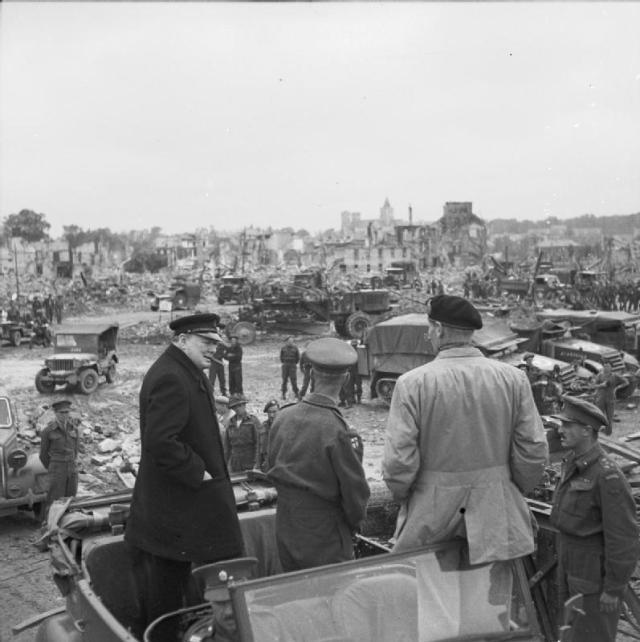 カーンの遺跡の中で勝利した同盟者、ウィンストン・チャーチルはスーツと帽子を着用し、右はスタッフ・カーの窓に立ち向かい、モンゴメリー元Field以外はいなかった。