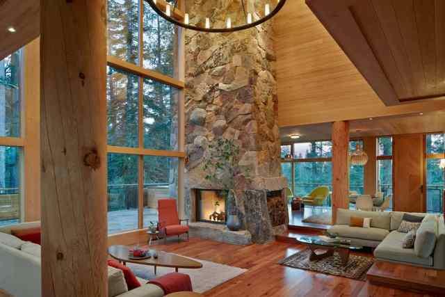 暖炉と高い天井