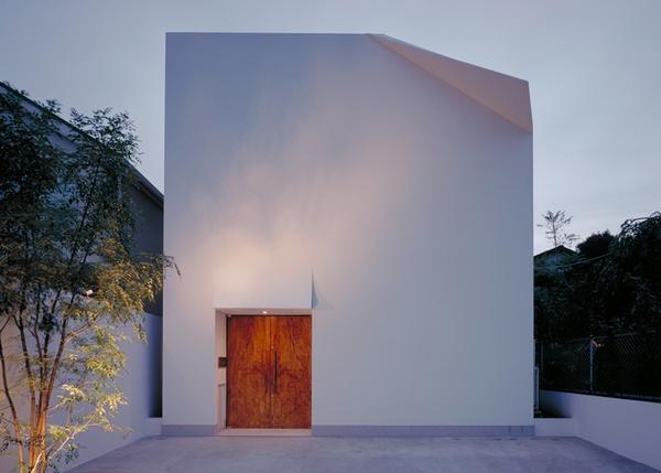 折り畳まれたファサードは、橋本幸雄のF-Houseに紙のような重みを与えます