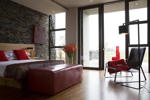 寝室のインテリアデザイン南アフリカの大邸宅の間にあるモダンな宝石-セレンゲティハウスバイニコファンデルミューレンアーキテクツ