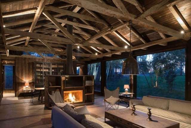 旧納屋がチリのラゴランコに新しい素朴な避難所を定義(1)