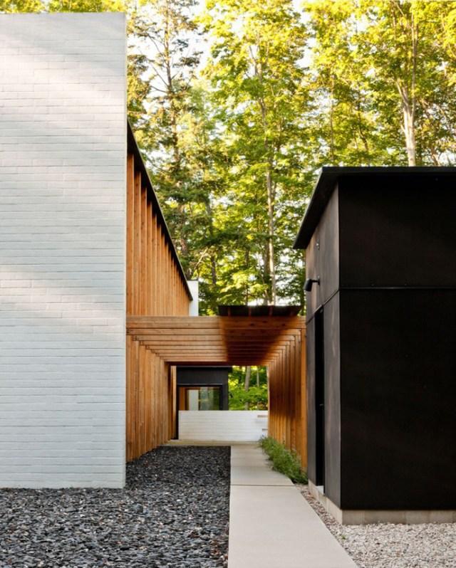 ザフォレストのスモールモダンマンションのパティオとパーゴラのデザイン-サルメラアーキテクトによるYingst Retreat