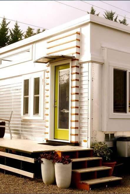 美しい色の小さな家の外観