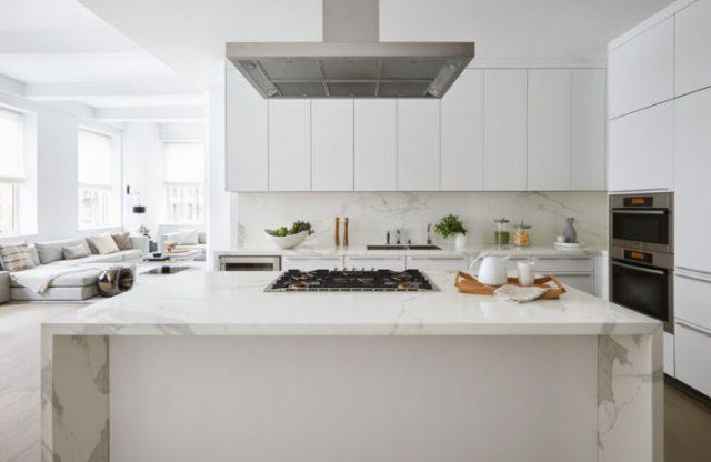 白塗りパレット付きのキッチン