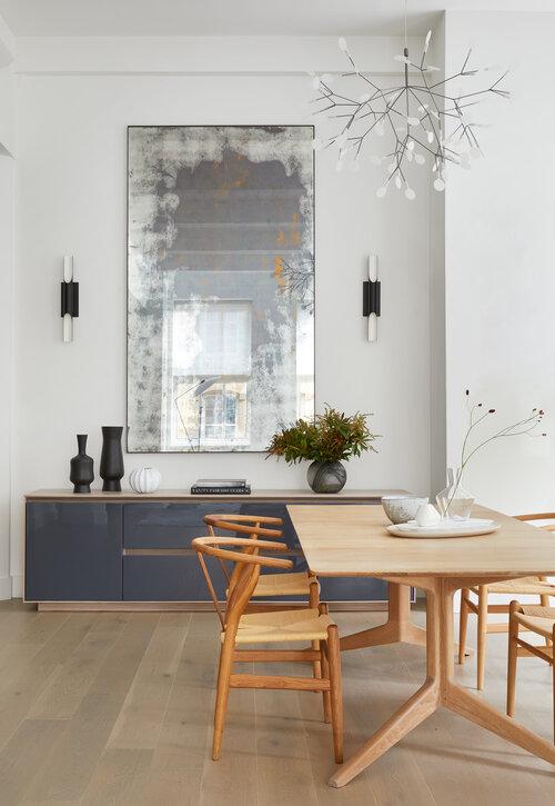木製テーブルと椅子