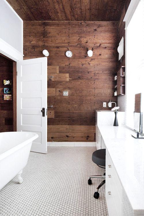46.天井とアクセントの木製壁の歪みスペース