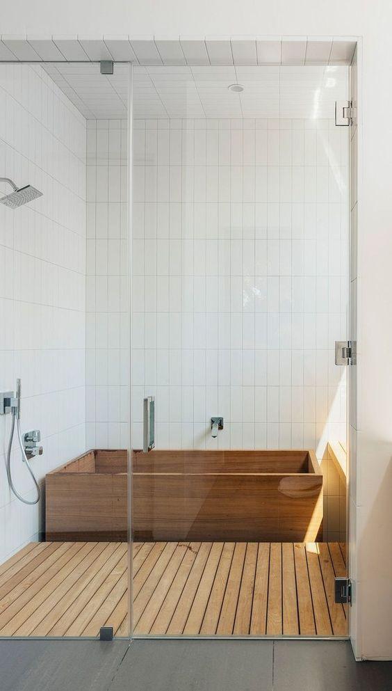 37.木製バスタブとフローリングを備えた白いバスルーム