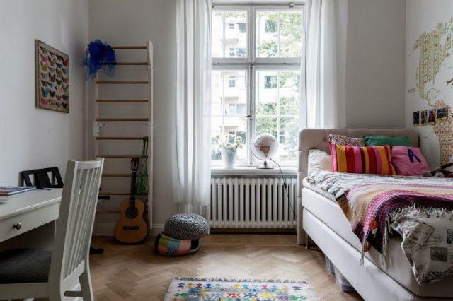シンプルなスカンジナビアの子供部屋