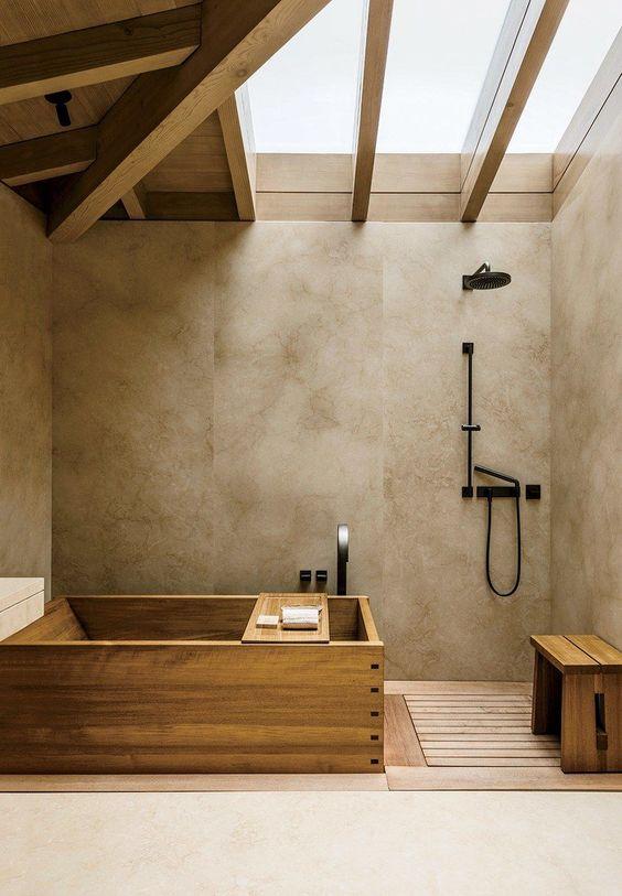 36.暖かいバスルームの天窓と木材