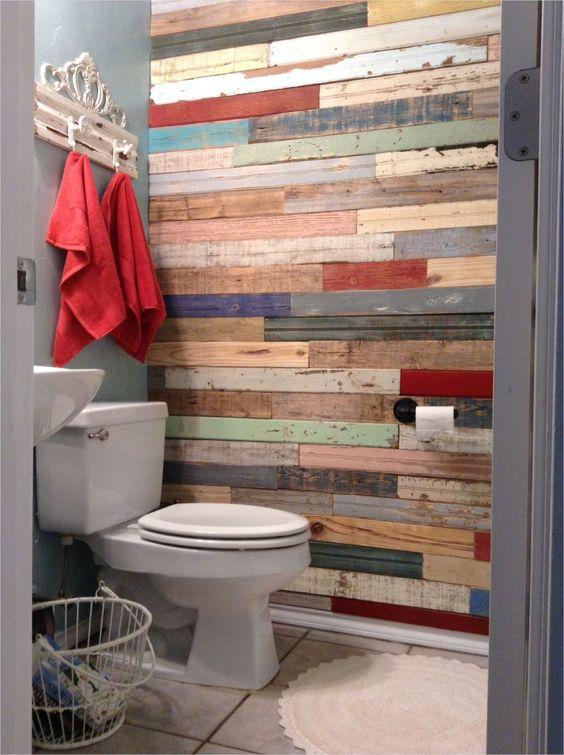 49.カラフルな回収された木製のバスルームの壁