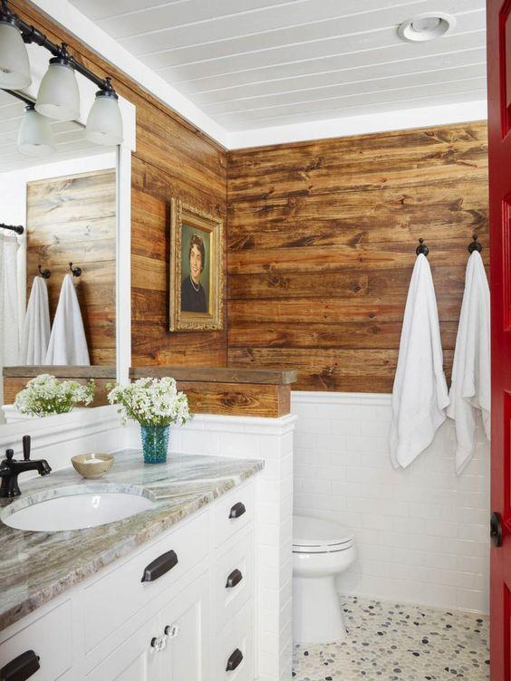 44.白い下半分、木製の上半分のバスルーム