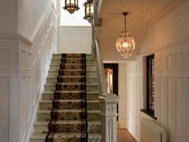落ち着いた雰囲気の贅沢なウォーターフロントマンションの階段