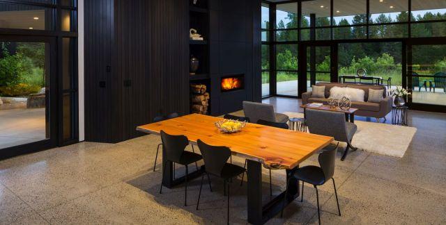 woodの暖炉は、リビングエリアに非常に暖かく居心地の良い雰囲気を作ります