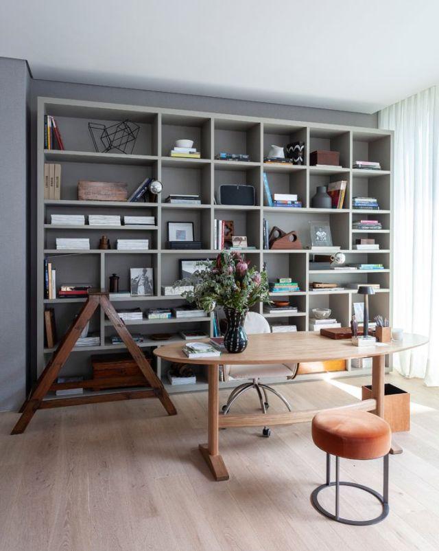 ホームオフィスエリアで美しく示されているように、建築家は可能な限り自然光を好む