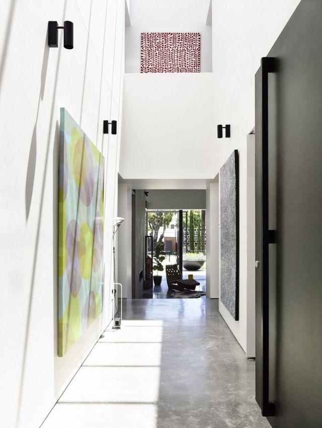 ダブルハイトの入り口は、1階の中央にほぼ完全に対称的に配置されています。