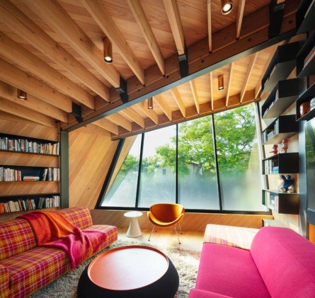 屋根裏部屋のような最上階は、空間の一部に非対称的なレイアウトを与える珍しいジオメトリを持っています