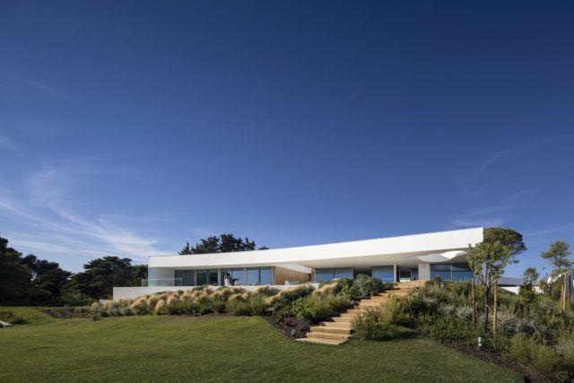 繊細な曲線が地形を模倣し、建築と景観を視覚的に結び付けます