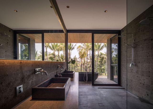 大きな窓と大きな開口部が家のすべてのセクションにシームレスに組み込まれています