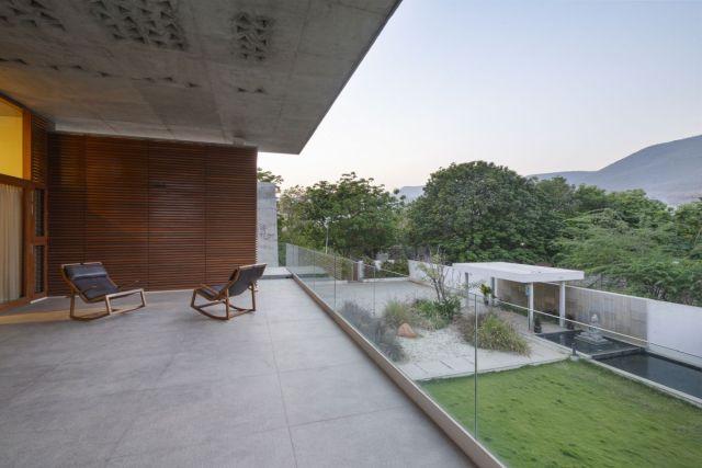 内部空間は、コートと庭を見渡す寛大なデッキとテラスに接続されています