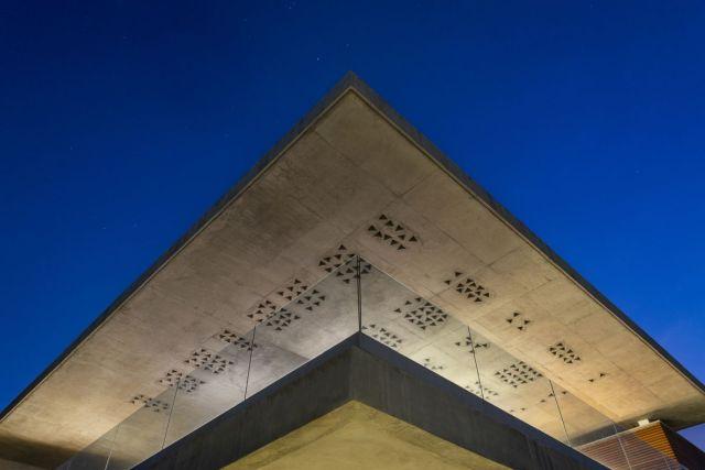 デッキとテラスは張り出し屋根で保護されており、屋内スペースの延長のように感じられます