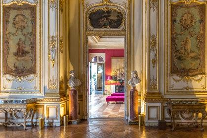 画像に含まれる可能性があるもの:フローリング、床、家、建物、住宅、マンション、宮殿、建築、および廊下