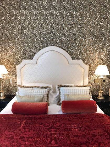 画像に含まれる可能性のあるもの:ランプ、卓上ランプ、屋内、部屋、寝室、家具、ベッド