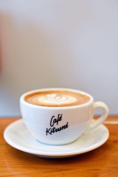 パリのカフェキツネでのフラットホワイト