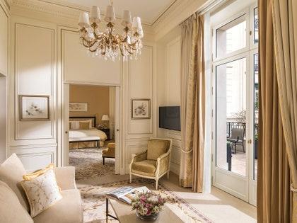 この画像には、家具、リビングルーム、屋内、部屋、インテリアデザイン、ランプ、シャンデリアが含まれる場合があります