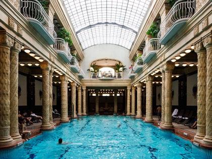 画像に含まれるもの:水、プール、建物、人間、人、建築、プール、ホテル