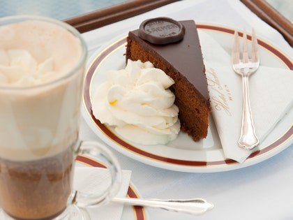 画像に含まれる可能性のあるもの:食べ物、デザート、クリーム、クリーム、アイスクリーム、カトラリー、フォーク