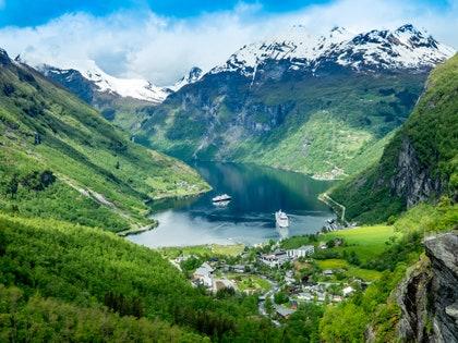 画像に含まれる可能性のあるもの:山、屋外、自然、風景、山脈、交通、乗り物、ボート、風景、渓谷